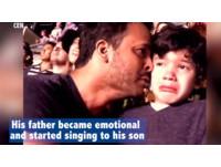 感動百萬人!父帶自閉症兒看COLDPLAY演唱會相擁痛哭