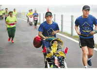 慈父推腦麻兒跑馬拉松 「我只是把腿借給他用」