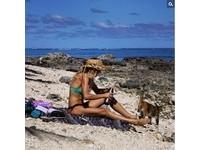 正妹船長與喵星人的奇幻漂流 溫暖沙灘曬太陽羨煞網友