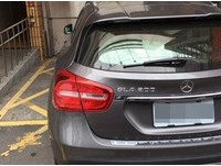 賓士GLA 200停停車場出入口 女駕駛:馬上就要走了!