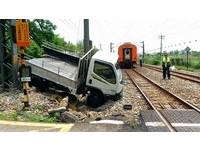 小貨車卡軌遭火車撞 列車頭破裂、影響7720人