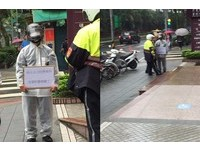 有冤情?人夫街頭冒雨舉牌 「我太太被有老婆的警察睡了」