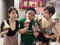 兩「超胸」辣妹賣珍珠奶茶 網友:珍奶在哪裡?