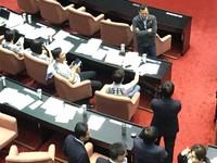史上首次!KMT占領主席台 黃國昌搶麥:來辯論啦