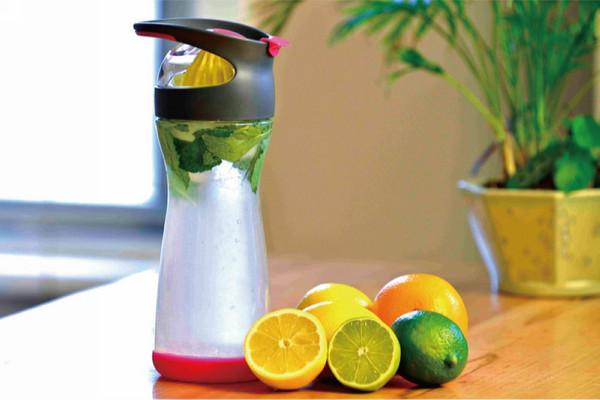 免插電!喝檸檬水補充維他命C 隨手瓶讓你榨完現飲 ...