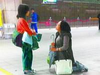 求女兒好好念書 母捷運站下跪5分鐘
