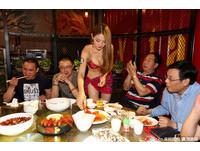 這間海鮮餐廳幾乎全男客 請比基尼辣妹爆乳「上菜剝蝦」!