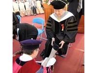 皮膚科醫王正坤長榮博士畢業 李泳龍校長親自幫他洗腳