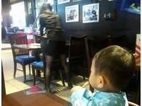 1歲半弟狂瞄「黑絲襪」服務生姊姊 網友:這小子識貨
