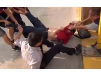 為保單問題開協調會 北市議會內男持刀自殘與警對峙