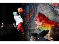 說書人與皮影戲串場 「明興閣」布袋戲演出不同的鴨母王