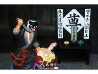 山東雕像武松殺嫂 潘金蓮裸胸被批猥褻