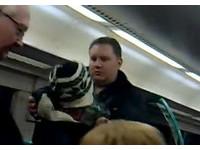 「英版正義哥」塊頭超大 一把將跑票少年扔出火車