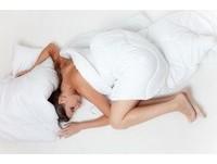 縮成一團、沒洗澡就睡? 「10大床上壞習慣」你該戒了