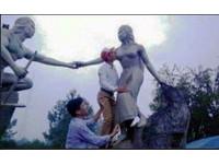 越南官員親吻著名女性雕像胸部 網友痛批「不道德」