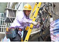 64歲照爬電桿搶修 台電人員:很多年輕人不願意做