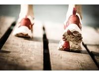 圖解!5種「鞋底磨損」類型 看出你走路姿勢哪有問題?