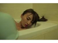 鬼月泡澡...正妹驚覺被「好兄弟」摸腿 尖叫奔出浴室!