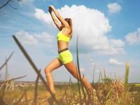 年終趴跑不玩? 學會3伸展姿勢KO「跑趴症候群」