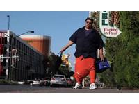 巨睪男無法穿褲 雙蛋重達45公斤