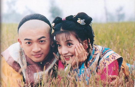 蘇有朋在還珠格格裡飾演五阿哥,兩人模樣略顯羞澀。(圖/取自官網)