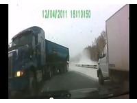 神級強運!俄國聯結車遇雪打滑 甚麼都沒撞到