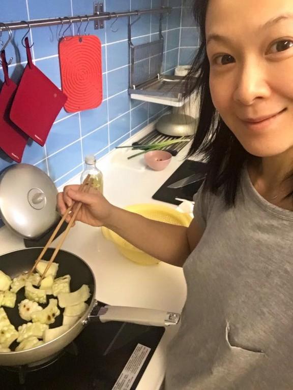 开心地分享自己在家下厨的照片,并且表示:「一早起来做菜,开心」,并且图片
