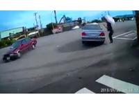 等紅燈遭甩尾車擊飛空轉一圈向後撞 駕駛:我趕時間