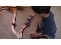 撞死1人還是5人?2歲男童的「火車抉擇」公平到令人發抖