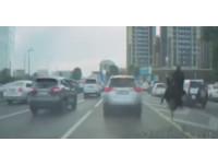 哈薩克男騎鴕鳥瘋狂超車 塞整路的駕駛都羨慕他