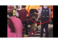 暖!男過馬路遭工程車輾腿 一旁醫護急衝當「人肉點滴架」