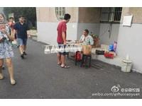 中國好室友!「帶飯哥」晾衣桿挑8份飯 網:單身嗎?