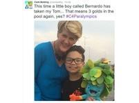 英記者手拿玩偶採訪 男童順手接下誤會是禮物開心合照