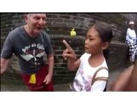 印尼10歲天才女童 會講23種語言兜售明信片