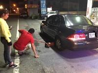 颱風天爆胎輪胎行又都沒開 暖警幫修讓她趕上與友團聚