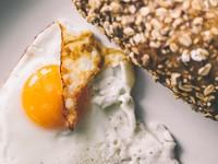 荷包蛋吃「全熟還半熟」? 網友激辯:半熟加醬油好吃到哭
