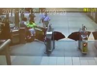 沒幫開公務門火大了!她騎電動代步車「2度狠撞」站長