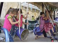 最鼻酸的玩具...敘利亞兒童坐「火箭鞦韆」笑得好開心