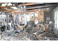 房子燒得全毀!男抓起毒品逃走 留2狗關籠+1歲寶寶