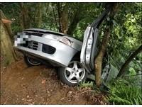 新竹飛鳳山「轎車沒油」 滑邊坡卡樹…後輪懸空險墜崖