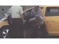 地院前傳男劫小黃企圖落跑? 5法警衝前將人踹下車制伏