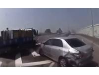 搶下交流道?轎車猛切外線遭大貨車撞上 銀色屁屁全爛