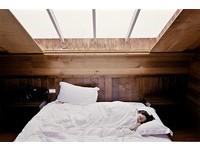 「蒙頭睡覺」醒來易頭昏 這些睡姿影響健康你不能不知!