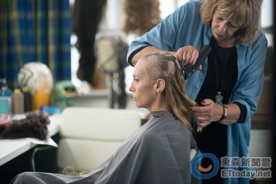 拒絕戴頭套演出!女星罹癌剃光頭 落髮前拿伏特加壓驚