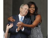 蜜雪兒擁抱小布希引熱議 媒體笑:你抱錯老公了!