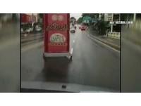 「火雞大王」颱風假照常外送? 招牌被風吹上街宣傳啦
