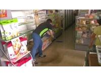 梅姬掃宜蘭超商停電架上空! 店員克難清積水寫收據記帳