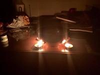 4顆紅蠟燭包圍鐵鍋煮泡麵 網驚:這是某種邪教儀式?