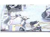 三重2騎士巷弄會車嚇到 脫安全帽狠砸頭...拉倒拖行