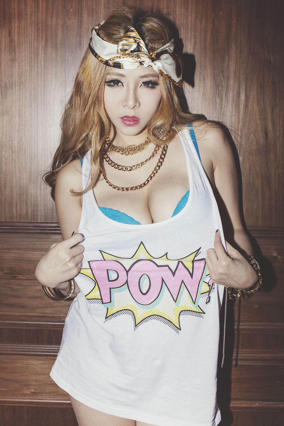 Mujer DJ de la música electrónica ASIA